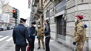 Militares pidiendo la documentación en las calles de Turín.
