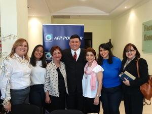 El conferencista JR Román acompañado de organizadoras.