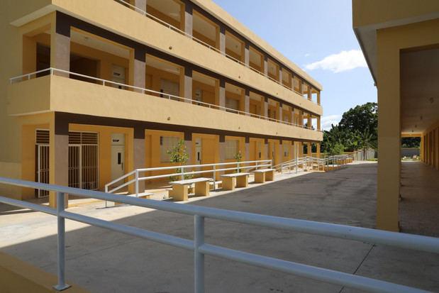 Dotados de aulas especiales, laboratorios de ciencias e informática, enfermería, cocina-comedor y otras facilidades, el presidente Danilo Medina entregó esta tarde 25 centros educativos y tres estancias infantiles en la región Sur.