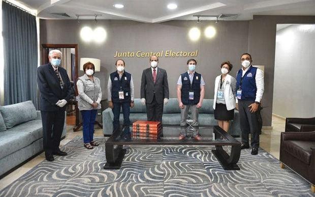 Integrantes de la Misión de Observación Internacional de la Unión Interamericana de Organismos Electorales (UNIORE).