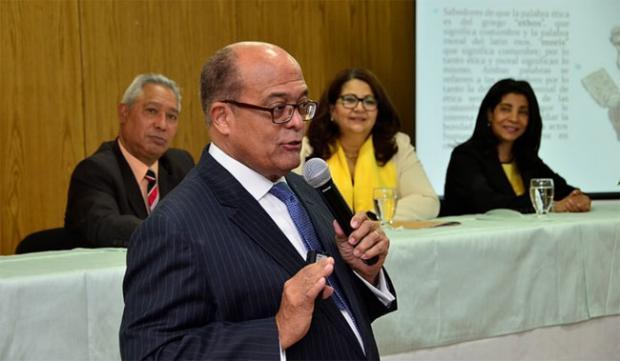 Doctor José Silié Ruiz dicta conferencia sobre ética