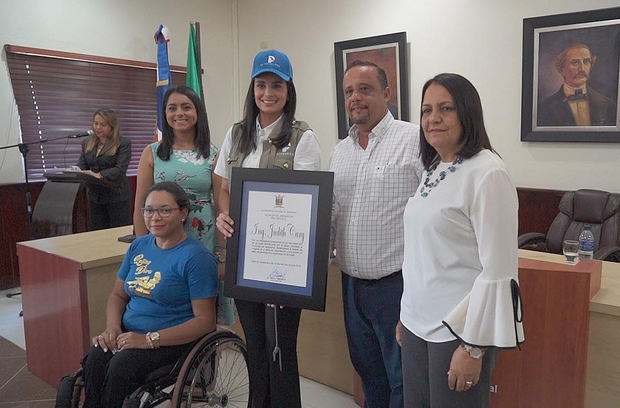 Judith Cury durante el reconocimiento de la alcaldía de Jarabacoa como líder social.