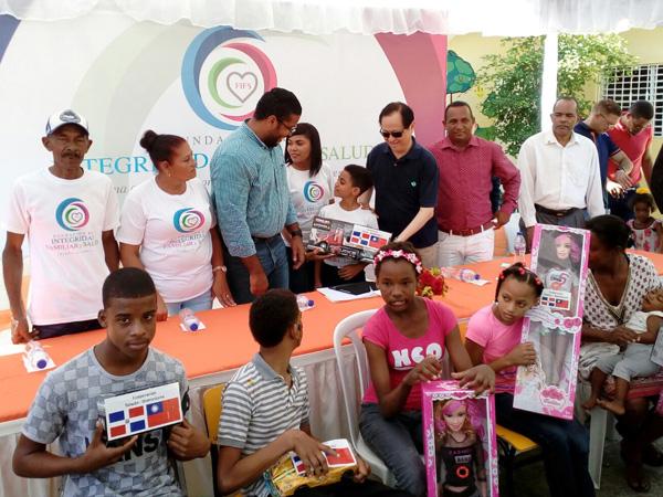 Embajador de Taiwán entrega juguetes a niños de Santo Domingo Norte