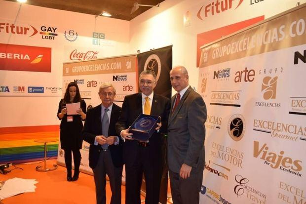 El Salvador recibe premio de excelencia turística en feria en Madrid