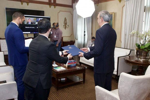 Presidente Luis Abinader recibe de forma virtual