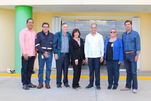Embajadora de Estados Unidos visita complejo AES Andrés