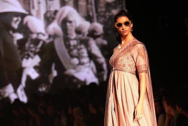 La semana de la moda india celebra en Delhi sus 30 años de pasarelas