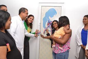 Figura a la izquierda el doctor Orlando Vargas, director del Hospital Vinicio Calventi, y la Dra. Noldis Naut Subervi,  directora de Hospitales de Atención Especializada del SNS . Realiza el corte de cinta para dejar inaugurada la sala de Lactancia Materna, entres otras personalidades.