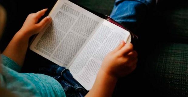 La Cámara de Diputados aprobó este jueves una resolución que solicita el cumplimiento de la Ley No.44-00, que establece la lectura obligatoria de la Biblia en las escuelas.