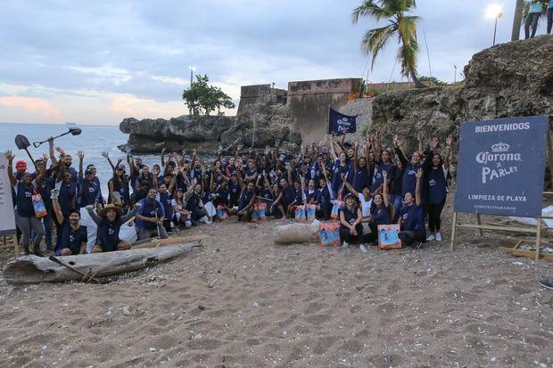 Corona celebra el Día Internacional de Limpieza de Playas con jornada en playa Fuerte San Gil