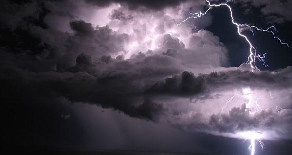 Onda tropical provocando aislados aguaceros y tormentas eléctricas.