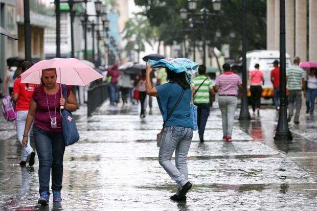 Vaguada ocasiona aguaceros y tronadas en varias localidades. Continúan las alertas