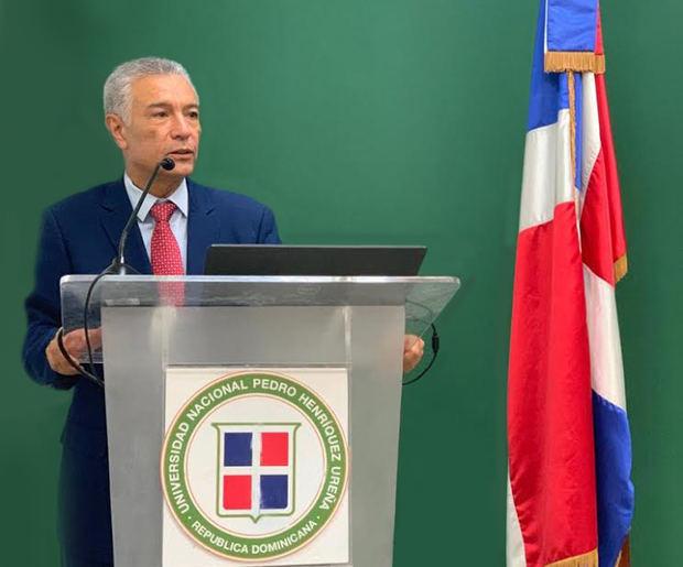 El abogado Ángel Lockward, en la puesta en circulación libro Derecho Administrativo en la Universidad Nacional Pedro Henríquez Ureña, UNPHU.