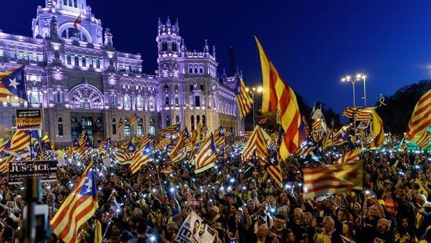 Manifestantes recorren Madrid a favor de la independencia de Cataluña