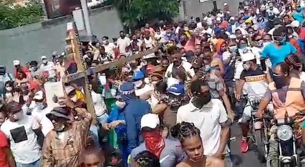 El Gobierno condena la aglomeración en Puerto Plata.