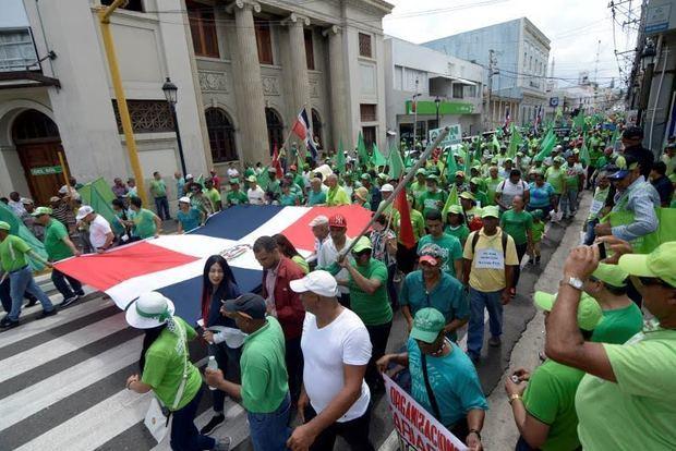 Cientos de dominicanos del Movimiento Marcha Verde se manifestaron este domingo en marcha contra la corrupción y para expresar su oposición a una reforma constitucional.