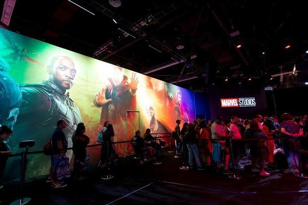 Asistentes a la macroconvención D23 de Disney fueron registrados el pasado viernes al hacer fila antes de ingresar a la experiencia Marvel, en el Convention Center de Anaheim, California, EE.UU.
