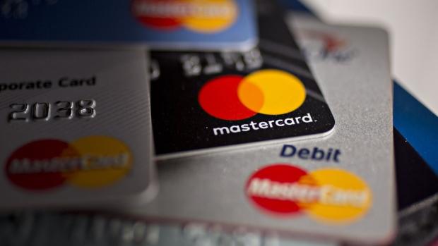 Mastercard reúne a tres bancos del país para apoyar los esfuerzos de la Cruz Roja.