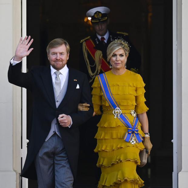 La reina Máxima de Holanda asiste a la ceremonia de La Haya con vestido de volantes en color amarillo albero