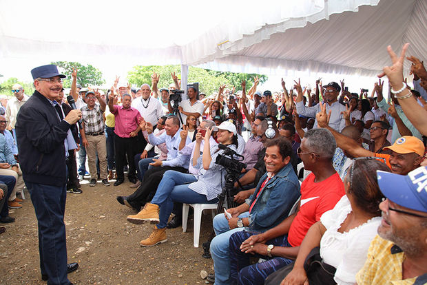 Danilo continúa obra Juan Bosch en favor de carceleros y dispone reactivación agrícola además de la entrega de obras y títulos propiedad.