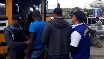Dirección General de Migración deporta 895 indocumentados haitianos.