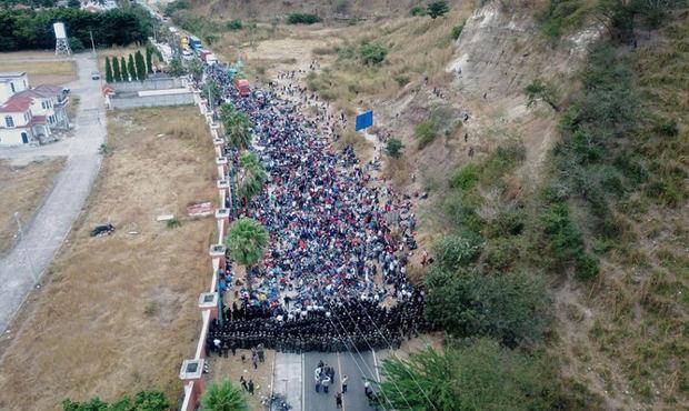 Guatemala contiene con fuerza una caravana migrante y bloquea el paso hacia México