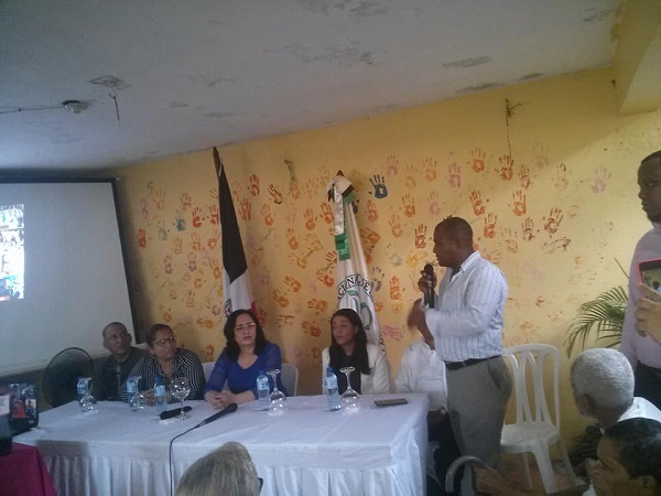 Directora de CONAPE y FUMEDO Imparten charla a decenas de adultos mayores