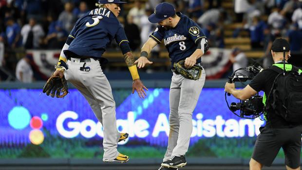 Cerveceros blanquean a Dodgers en el tercer juego de la NLCS