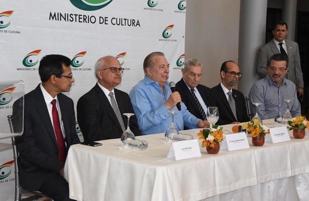 El ministro de Cultura, arquitecto Eduardo Selman, en el centro de la mesa de honor.  De derecha a izquierda los viceministros Juan Morales, seguido por Cayo Claudio Espinal, Carlos Santos y Federico Henríquez Gratereaux.