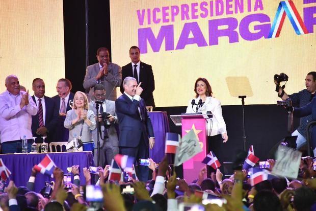 El PLD acude a la JCE para inscribir candidaturas de Gonzalo Castillo y Margarita Cedeño de Fernández.