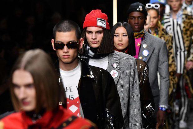 Versace llena la pasarela de Milán de correas, cuero e irreverencia