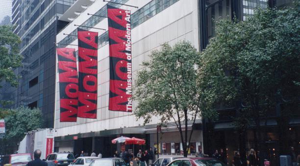Más de 30 artistas piden al MoMA que corte lazos con empresas controvertidas