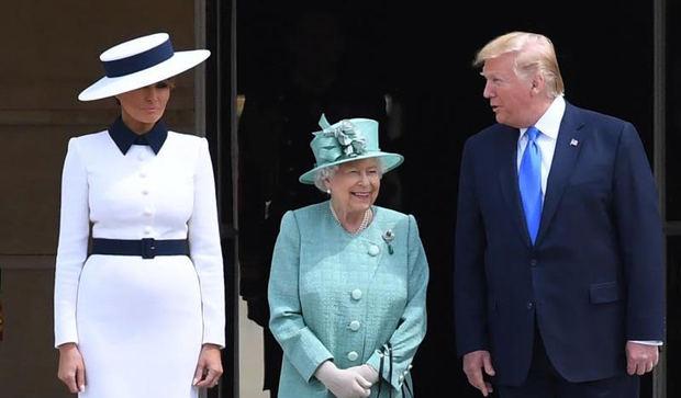La reina Isabel II de Inglaterra recibe al presidente de los Estados Unidos, Donald Trump, y a su mujer, Melania Trump, en el Palacio de Buckingham en Londres (Reino Unido), este lunes.