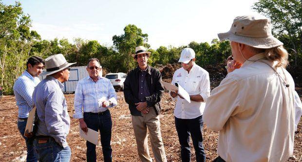 Gustavo Montalvo junto a comisión 'evalúa' construcción proyecto Leaf Bayahibe.