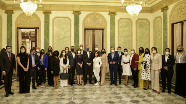 Luis Abinader y Raquel Peña junto a comunicadores dominicanos durante un encuentro realizado en el Palacion Nacional.