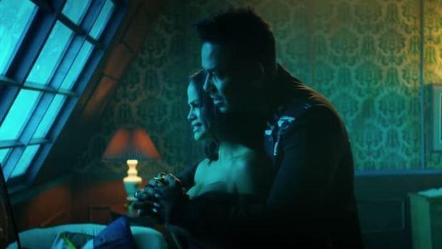 Natty Natacha y Romeo Santos en escena del video de la balada 'La mejor versión de mí'.