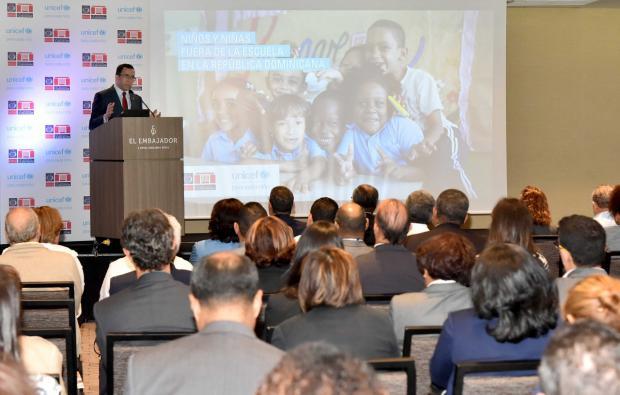El ministro Andrés Navarro durante presentación del informe