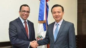 El ministro Andrés Navarro, y el embajador de China en el país, Zhang Run.