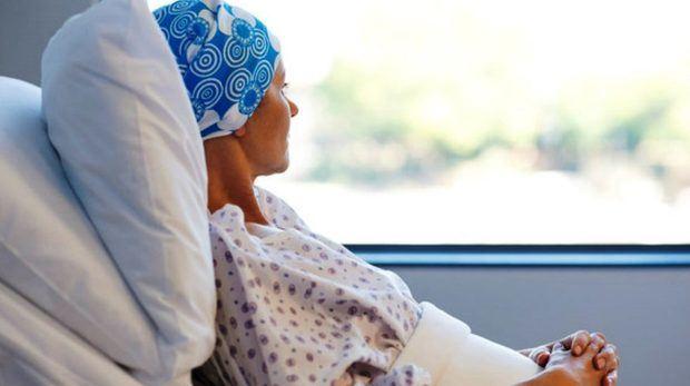 Paciente con  cáncer en hospital.