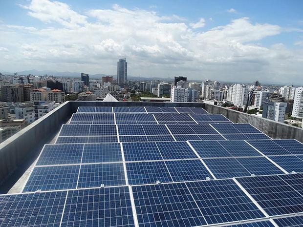 El sistema cuenta con 106 paneles fotovoltaicos y cuatro inversores para inyectar energía renovable a las oficinas del CNCCMDL y a las áreas comunes del edificio Friusa.