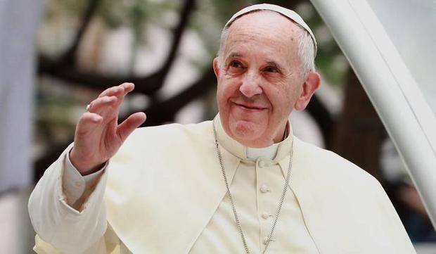 """El papa Francisco se hace una foto con el mensaje: """"Abramos los puertos"""""""