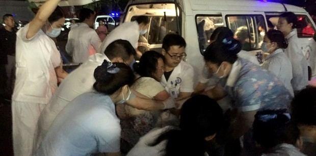 Personal médico atiende a un herido en un hospital local después del fuerte terremoto.