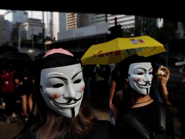 Hong Kong, paralizado tras una noche de caos y desafío con máscaras.