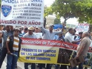 Policías retirados exigen el pago de sueldo por años de servicio