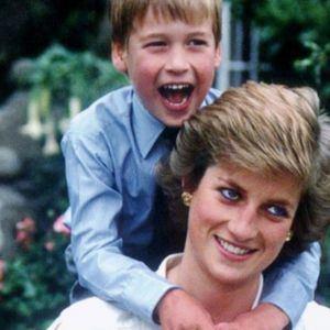 Principe William junto a su madre Diana de Gales.
