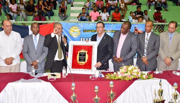 Navarro es reconocido en festival de gimnasia rítmica en San Cristóbal