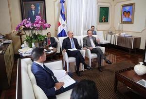 Presidente reunido con funcionarios de su gabinete.