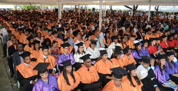 UASD realiza graduación de 905 nuevos profesionales