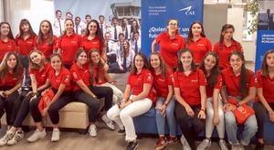 35 chicas en 4º de la ESO, 1º y 2º de bachillerato han podido conocer en primera persona profesiones como técnico de mantenimiento, piloto o ingeniero aeronáutico.