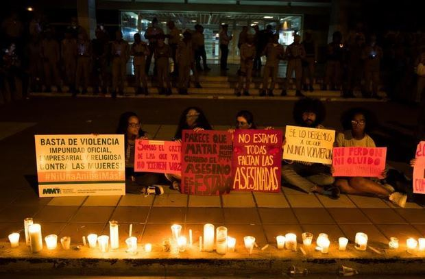 Manifestantes fueron registrados este lunes al encender velas y mostrar pancartas en contra de los feminicidios y la violencia machista en República Dominicana, frente a la sede de la Procuraduría General de Justicia, en Santo Domingo, Rep. Dominicana.